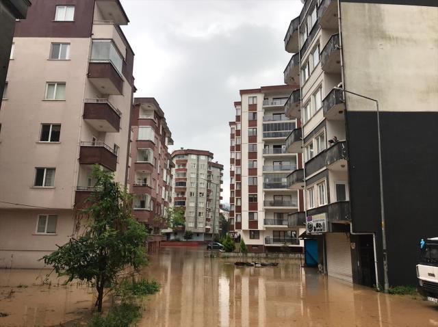 Geçen hafta felaketi yaşayan Rize yine sele teslim! Evleri su bastı, mahsur kalanlar var