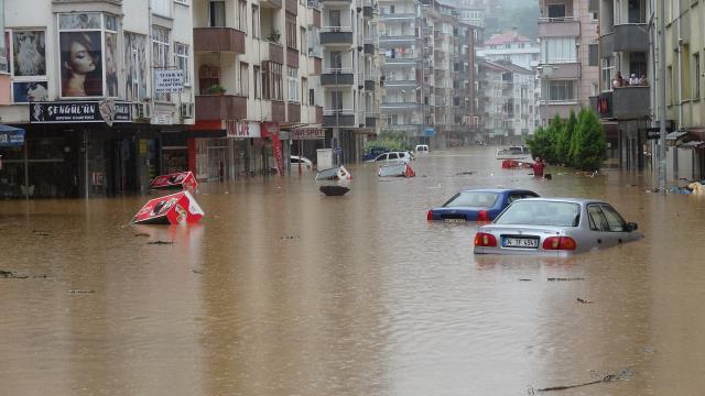 Rize'nin ardından Artvin de sele teslim! Mahsur kalan vatandaşlar böyle kurtarıldı