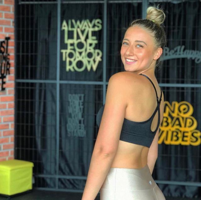Eski Survivor yarışmacısı Aleyna Kalaycıoğlu, tanga bikinisiyle havuzda şov yaptı