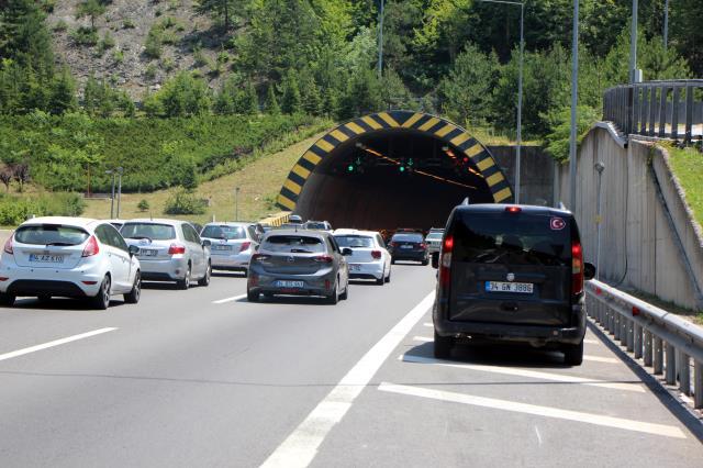 Tatilcilerin dönüş çilesi! Trafik 7 ilde durma noktasına geldi, art arda kazalar yaşandı