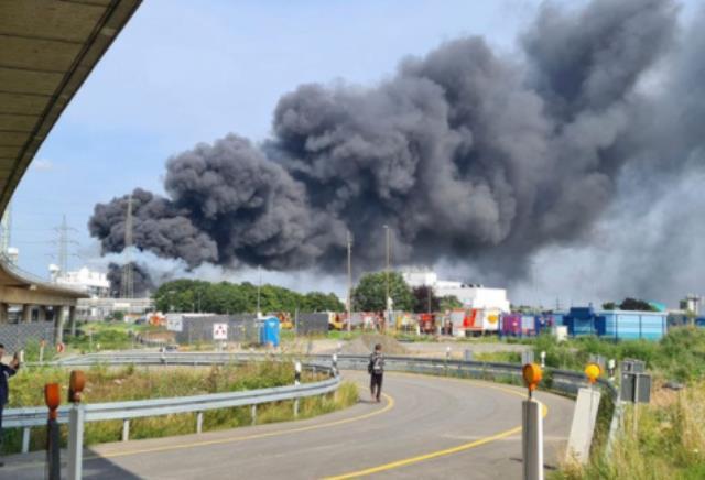 Almanya'da korkutan patlama! Dumanlar kilometrelerce öteden görüldü, halka 'Dışarı çıkmayın' uyarısı yapılıyor