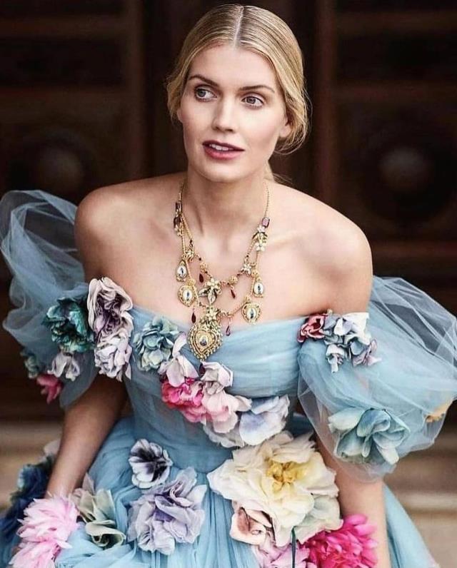Prenses Diana'nın yeğeni Lady Kitty Spencer, düğününde defile yaptı! Gelinlik hariç 4 kıyafet daha giydi