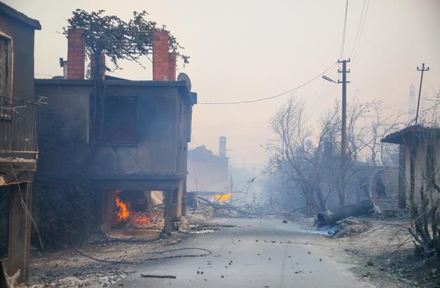 Manavgat'ta orman yangını yerleşim yerlerine sıçradı, 62 kişi hastanelik oldu