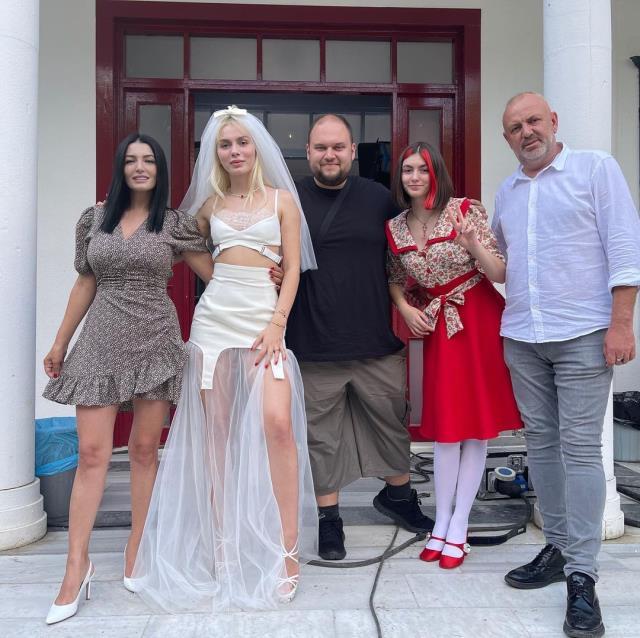 Aleyna Tilki yeni şarkısının tanıtımı için robotla evlendi! Yaptığı eğlence gerçek düğünü aratmadı