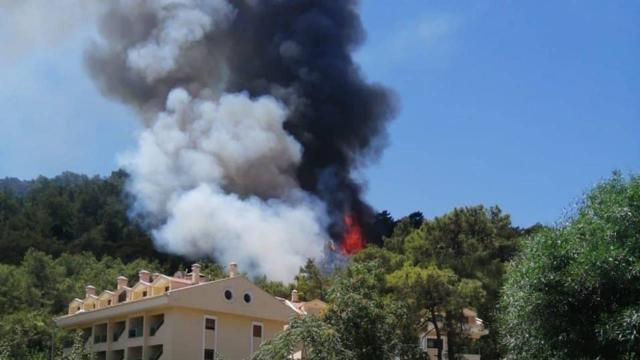 Son Dakika: Türkiye, Antalya'yı konuşurken bir yangın da Marmaris'te çıktı! Armutalan'da yükselen alevler yerleşim yerlerini tehdit ediyor