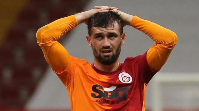Tribünlerin ıslıkladığı Ömer Bayram'a bir darbe de yorumculuk yapan Sneijder vurdu