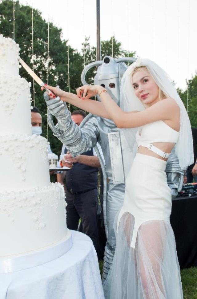 Yeni şarkısının tanıtımı için robotla evlendi! Yaptığı eğlence gerçek düğünü aratmadı