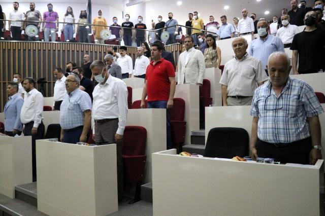 Tanju Özcan gündemden düşmüyor! 'Cumhurbaşkanı gibi mi yapayım' diyerek AK Partili meclis üyelerine çay fırlattı