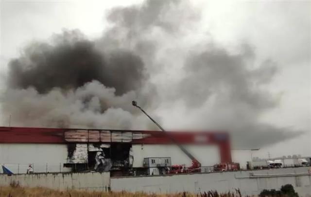 Son Dakika: Esenyurt'ta bir lojistik firmasında yangın çıktı! Dumanlar çevre ilçelerden de görülüyor