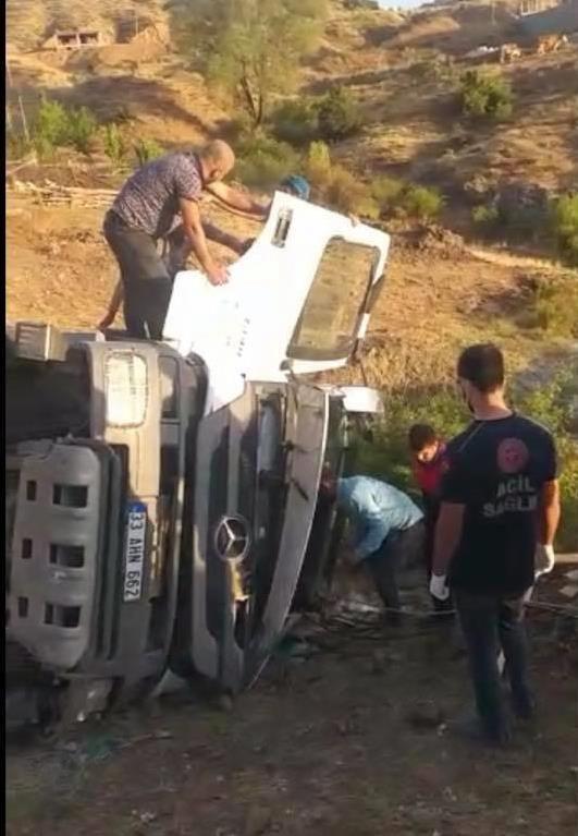 Devrilen kamyonda sıkışan sürücü kurtarıldı