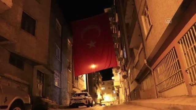 Son dakika haberi! Düşen yangın söndürme uçağında hayatını kaybeden pilot Mirzaoğlu'nun baba evi Türk bayraklarıyla donatıldı