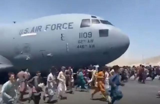 Afganistan'da halk çaresiz! Havalanan uçaktan tutunarak kaçmaya çalıştıkları anları kamerada