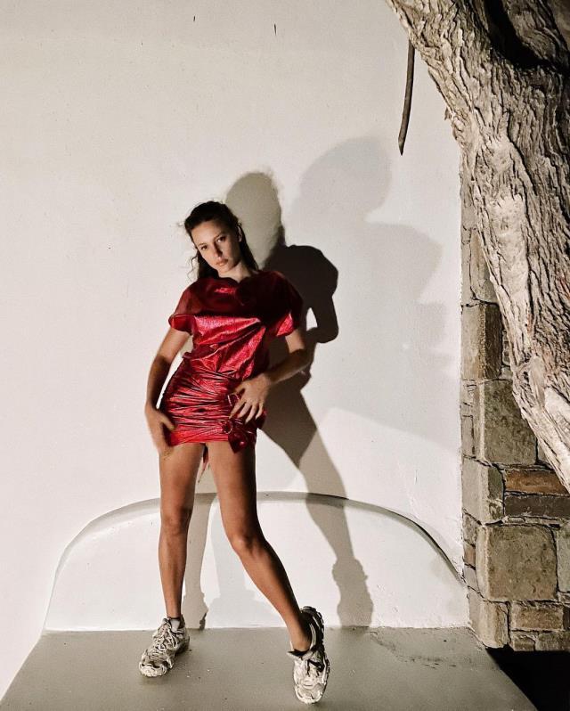 Serenay Sarıkaya, 'Evdeyim bebeğim' notuyla peş peşe mini elbiseli pozlarını paylaştı