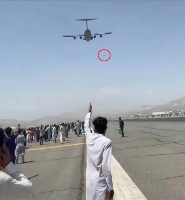 Uçaktan düşen Afgan futbolcu feci şekilde hayatını kaybetti