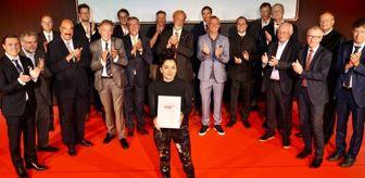 Deutsche Welle: Erkekler kulübünün 89 yıllık geleneğini değiştirdi