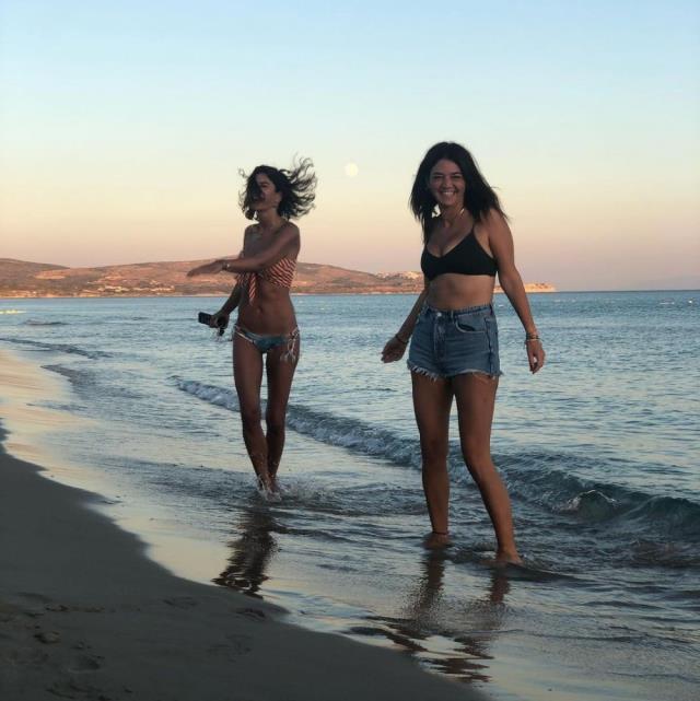 Kumsalda mavi bikinisiyle zıplayan Berrak Tüzünataç anın tadını çıkardı