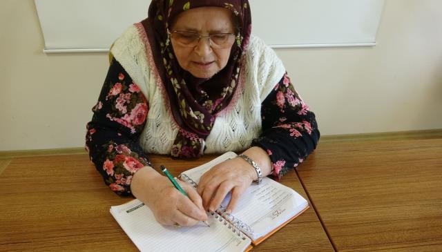 71 yaşında okuma yazma öğrenen Ayşe teyzenin ilk işi hayatını kaleme almak oldu