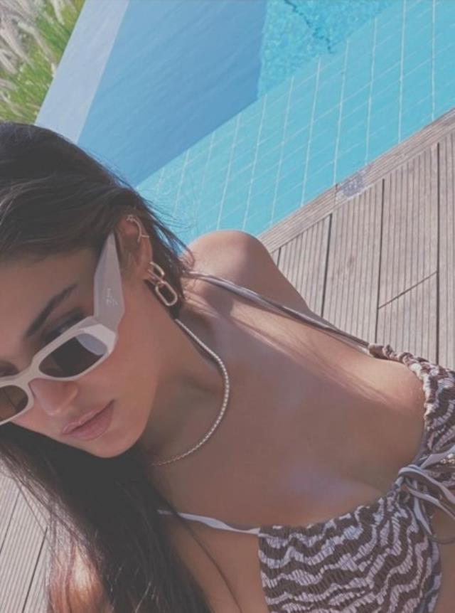 Bikinili pozlarını paylaşan oyuncu Hande Erçel'in paylaşımı 20 dakikada yarım milyon beğeni aldı