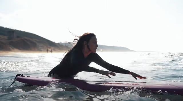 Güzel oyuncu Alina Boz, programına konuk olduğu Kerim Savaş Sarı ile sörf yaptı