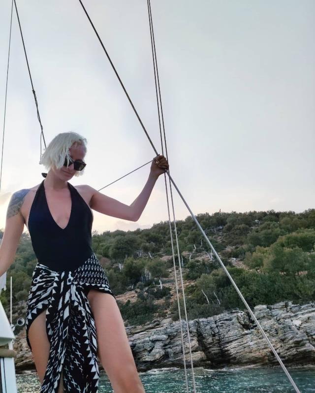Didem Soydan, teknedeki mayolu pozlarıyla göz kamaştırdı