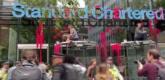 Standard Chartered Bank: İngiltere'de çevreci grup fosil yakıtlara yatırımı protesto için banka binasını kırmızıya boyadı