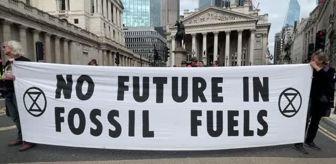 Standard Chartered Bank: Londra'da çevreci grup, İngiliz bankalarının fosil yakıtlara yatırımını protesto etti
