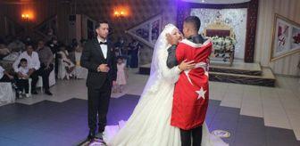 Halil İbrahim Balcı: Asker kardeşten ablaya en güzel düğün hediyesi! Gönderdiği mesaj okunurken bayrağa sarılı halde salona girdi