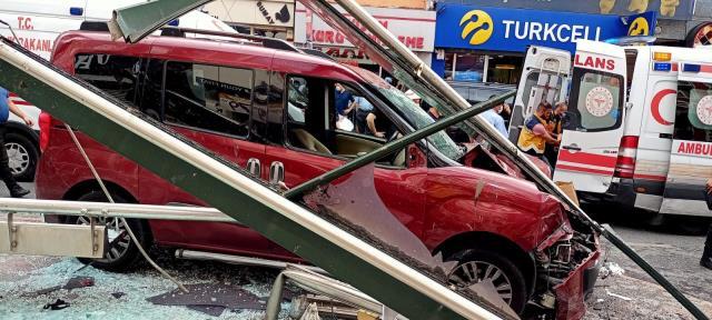 Hafif ticari araç, yolcu dolu otobüs durağına daldı: 1 ölü, 7 yaralı