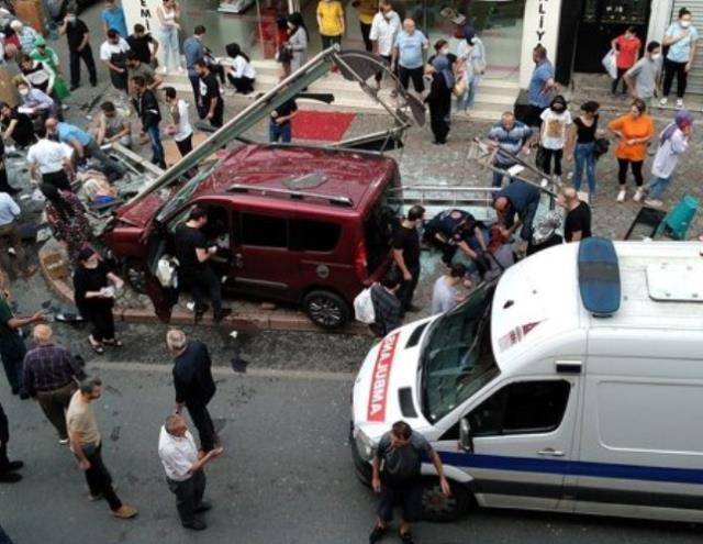 İstanbul'da hafif ticari araç, yolcu dolu otobüs durağına daldı: 1 ölü, 7 yaralı