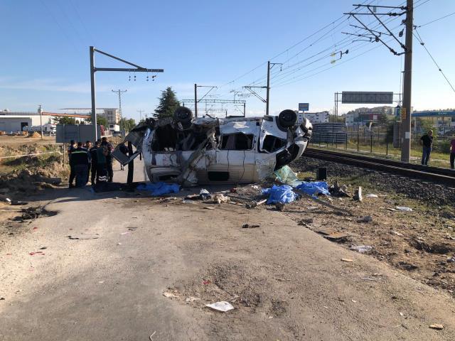 Son Dakika: 6 kişinin ölümüne neden olan kazada, yük treni ile minibüsün çarpıştığı anlar kamerada