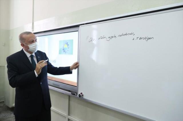 Cumhurbaşkanı Erdoğan sınıfları gezip beyaz tahtaya bu notu yazdı: Oku, düşün, uygula, neticelendir