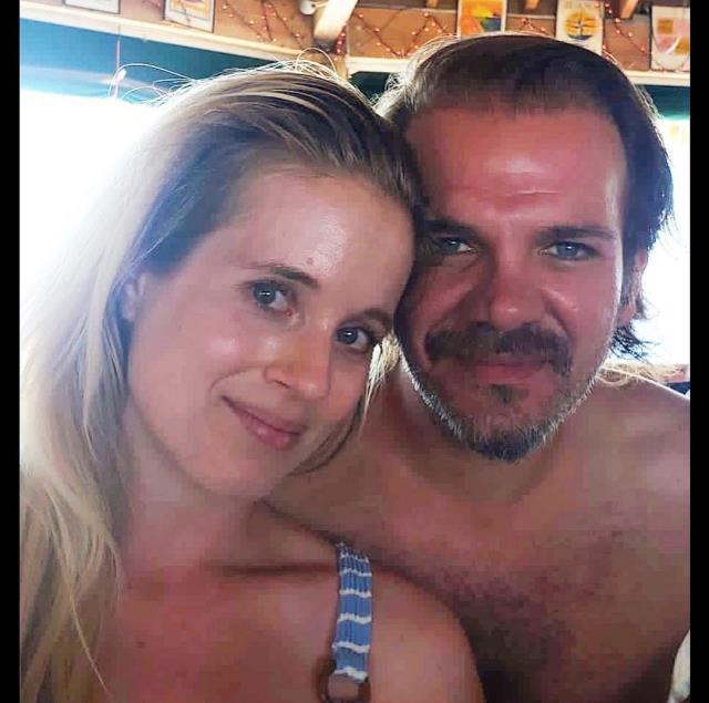 Aşka gelen oyuncu Tolga Karel, eşiyle öpüşme pozunu paylaştı