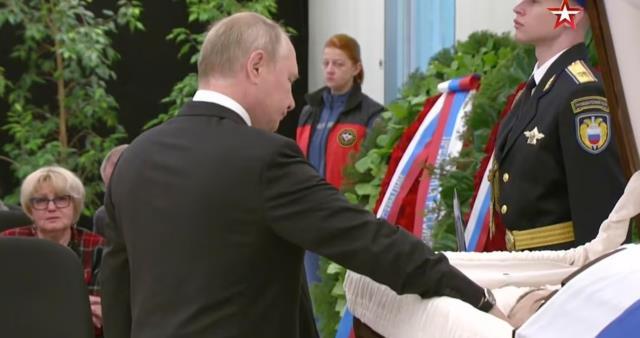 Putin'den çalışma arkadaşına duygusal veda! Tabutun üzerine kapanıp gözyaşı döktü