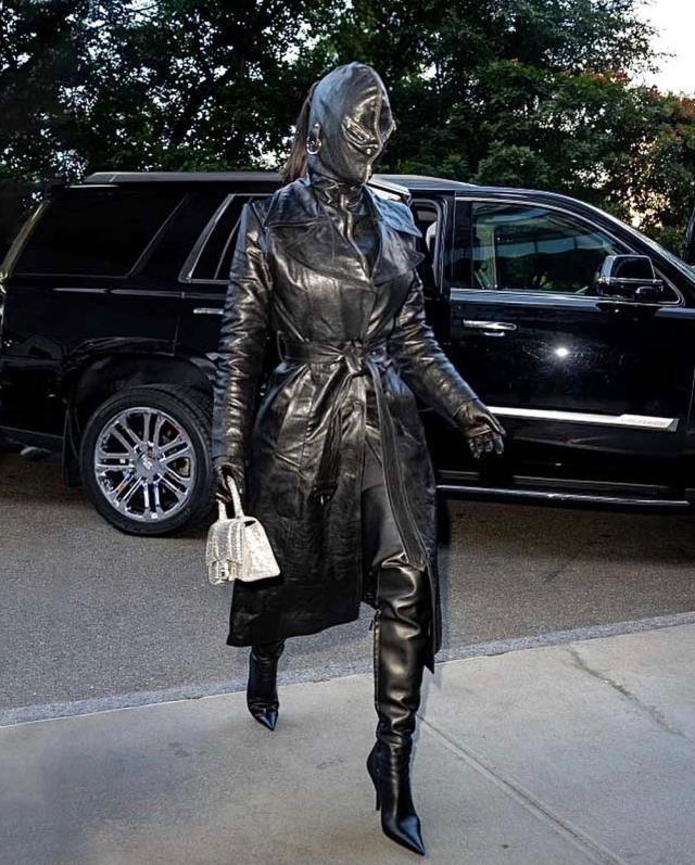 Çırılçıplak poz paylaşan Kim Kardashian'dan beklenmedik tarz! Gözü bile görünmüyor
