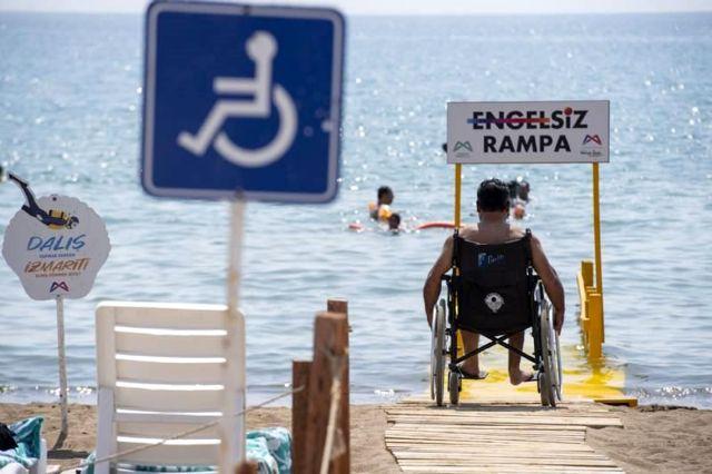 Mersin'de plajlara 10 yeni engelsiz rampası daha yerleştirildi