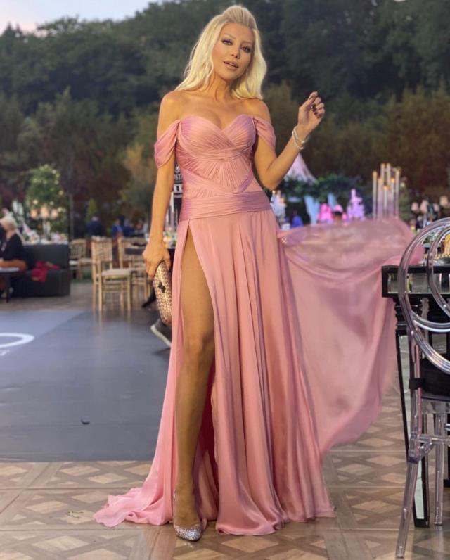 Modacı Gülşah Saraçoğlu, kasığına kadar olan yırtmaçlı elbisesiyle göz kamaştırdı
