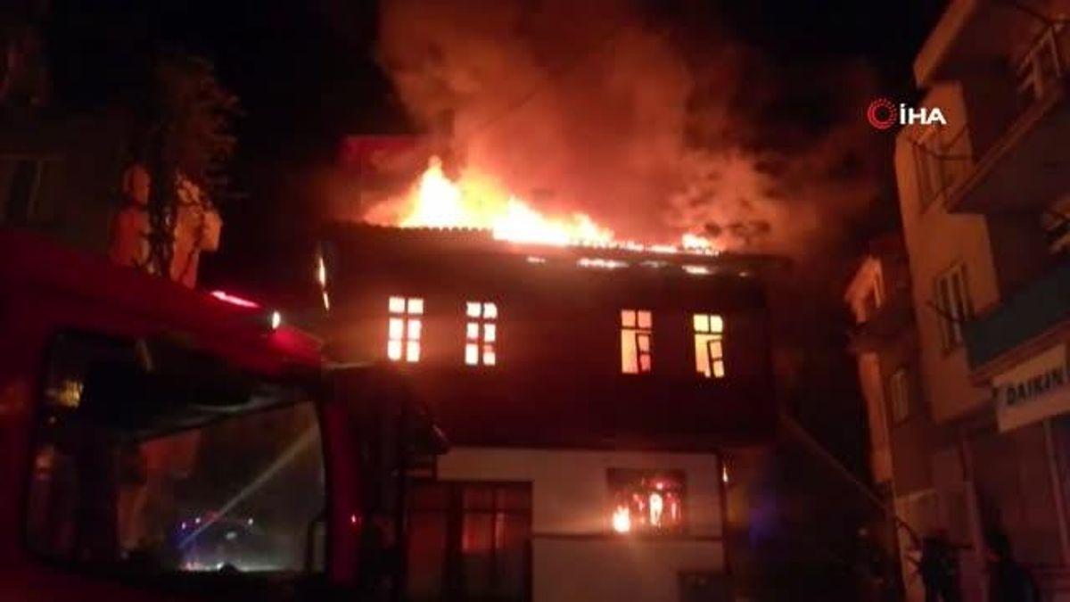 2 katlı tarihi ahşap konak alev alev yandı