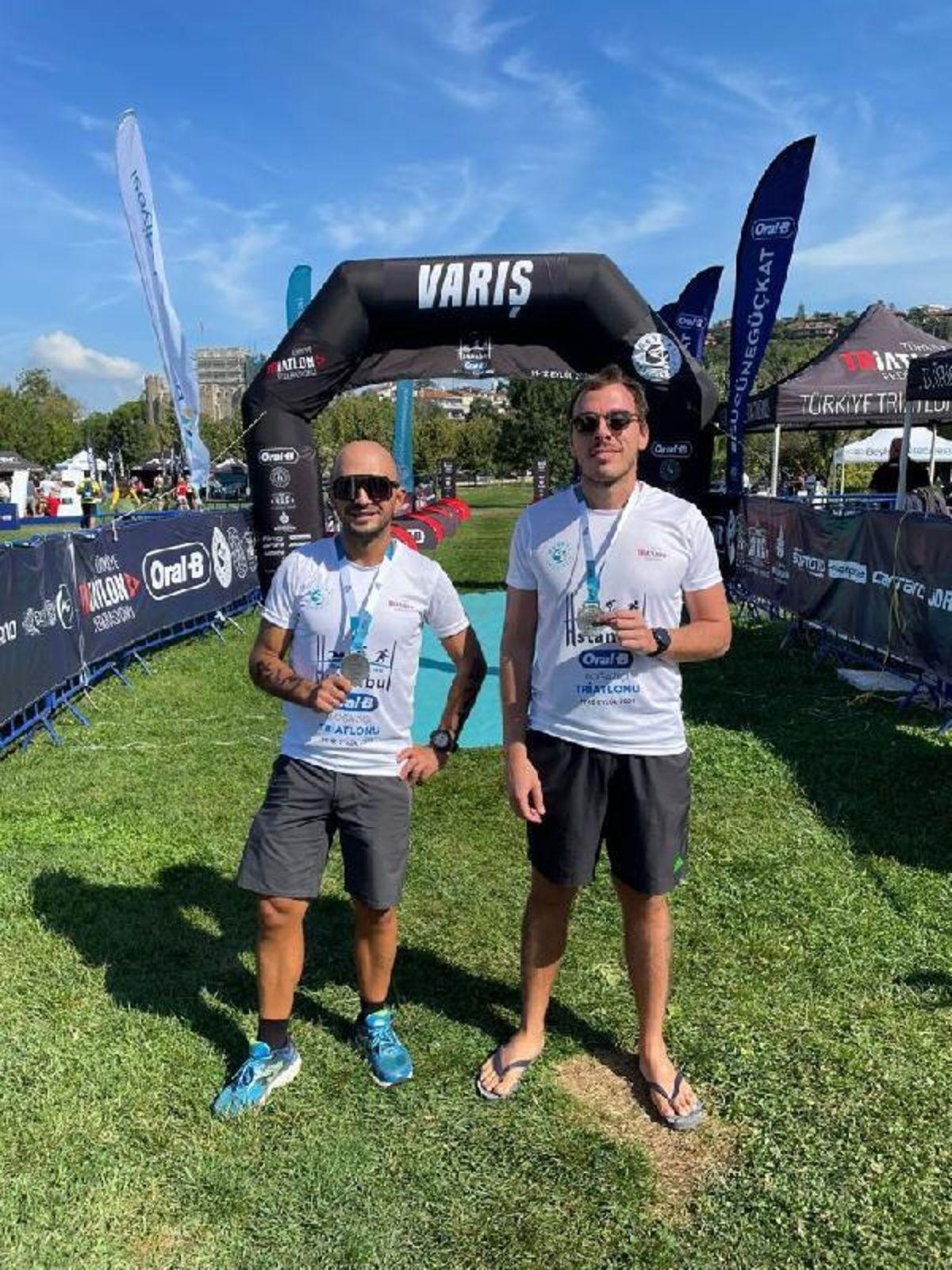 İki doktorun triatlondaki başarısı, hastalarına örnek oldu