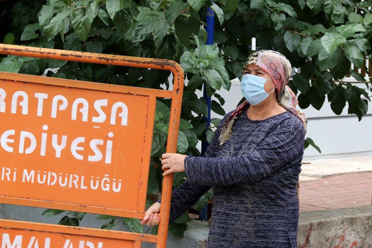 Mahallede bulunan tabelayı aracına yükleyen hurdacıya şoku yaşatan teyze: