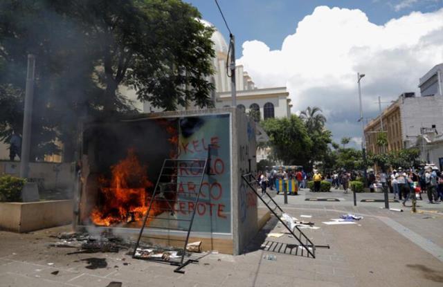 Bitcoin'in resmi para birimi olarak kabul etmesi El Salvador'u karıştırdı! Binlerce protestocu ülkeyi yangın yerine çevirdi