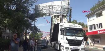 Atatürk Caddesi: BAYRAMİÇ'TE AÇIK OLAN KAMYON KASASI YÖN LEVHALARINA ÇARPTI