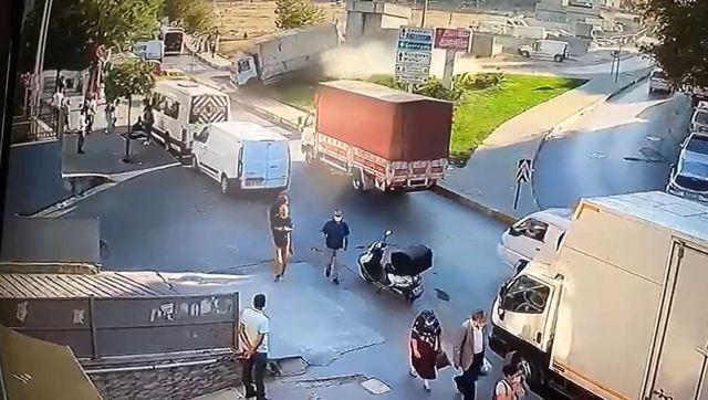 Güngören'de facianın eşiğinden dönüldü...Alkollü sürücü kamyon ile metro duvarına böyle çarptı: 2 yaralı