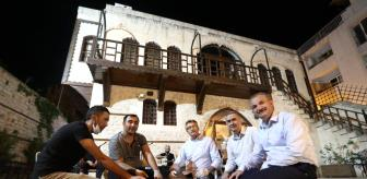 Türk: ESKİ DEVLET BAKANI TÜZMEN, ADIYAMAN'DA ÇİĞKÖFTE YOĞURDU