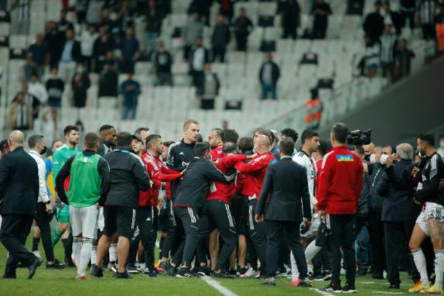 Olayın en net görüntüsü! Balotelli'ye vurmaya çalışan Beşiktaşlı hocayı 4 kişi tutamadı