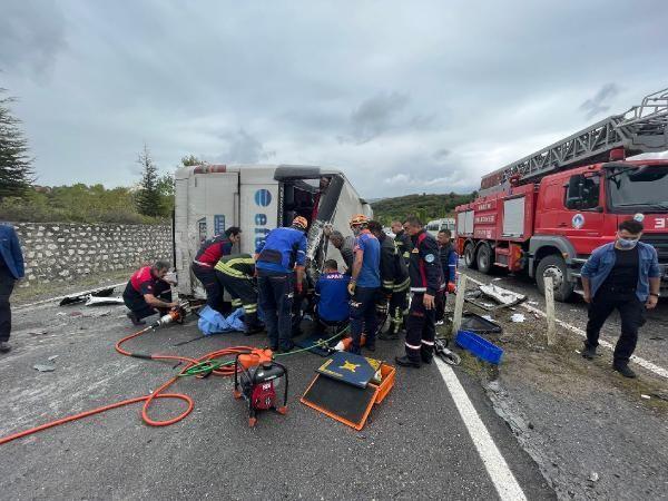 Son dakika haberi   Otobüs, otomobile çarptı: 3 ölü, 1 yaralı (2)- Yeniden