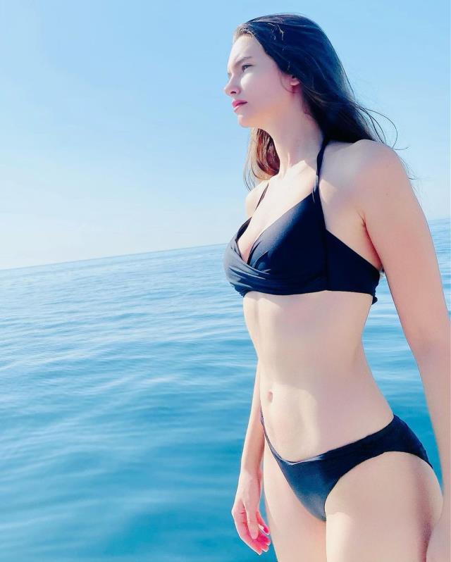 Oyuncu Leyla Lidya Tuğutlu'dan siyah bikiniyle yaza veda pozu