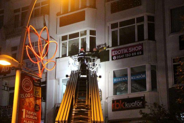 Bolu'da, ruhsatsız 'Erotik Shop', tabelası indirilerek mühürlendi