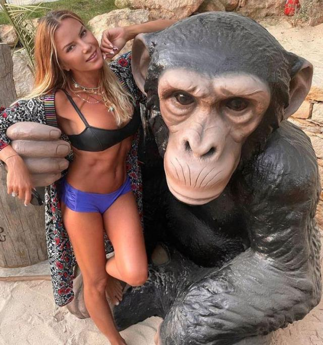 Dönmeye niyeti yok! İvana Sert'in maymunla pozuna beğeni yağdı