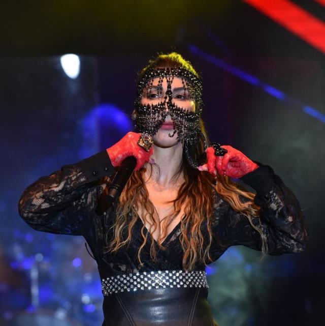 Hande Yener çok cesur! Maske ve jartiyerli kostümüyle sahne aldı