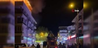 Yangın: Alışveriş merkezinin çatısında yangın: Kopan parçalar sokağa düştü